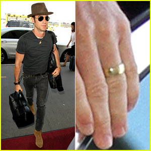 Justin Theroux Wears His Wedding Ring in First Post-Honeymoon Photos!