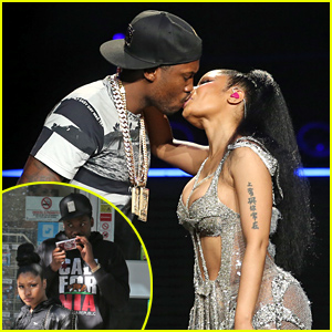 Nicki Minaj & Meek Mill Share a Super Passionate Kiss at Her Show!