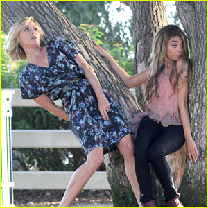 Julie Bowen & Sarah Hyland Disappear Behind A Tree During 'Modern Family' Filming