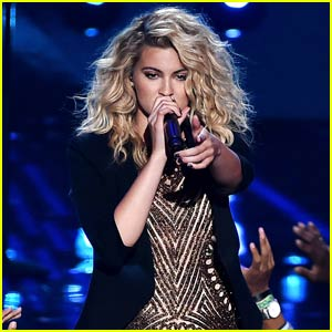 Tori Kelly Blows Everyone Away With Killer 'Should've Been Us' Performance at MTV VMAs 2015 (Video)