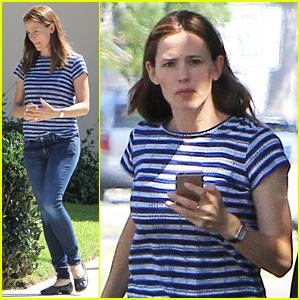 Jennifer Garner Goes Casual for Mid-Week Errands Run