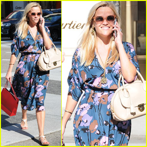 Reese Witherspoon Stops By 'Up Late With Miss Piggy'
