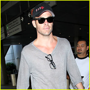 Chris Pine Looks Sexy as Always During His Airport Arrival