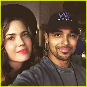 Friendly Exes Mandy Moore & Wilmer Valderrama Reunite at Halloween Horror Nights!