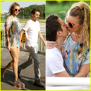 Matthew Bellamy & Girlfriend Elle Evans Can't Keep Their Hands Off Each Other!