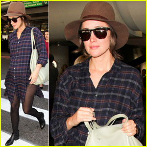 Rose Byrne is Pregnant, Covers Baby Bump in Loose Shirt!