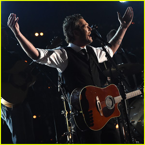 Blake Shelton Performs at CMA Awards 2015 After Gwen Stefani Relationship Confirmed (Video)