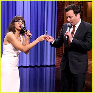 Jimmy Fallon & Rashida Jones Sing Holiday Parodies of Hit Songs! (Video)