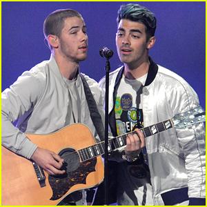 Joe Jonas Performs With Brother Nick at Tampa's Jingle Ball 2015