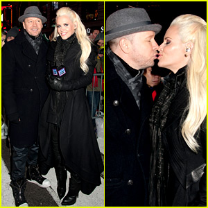 Jenny McCarthy & Husband Donnie Wahlberg Share Pre-Midnight Kiss on New Year's Eve 2016!