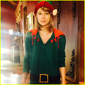 Taylor Swift Dresses as an Elf in Cute Christmas Eve Photo!