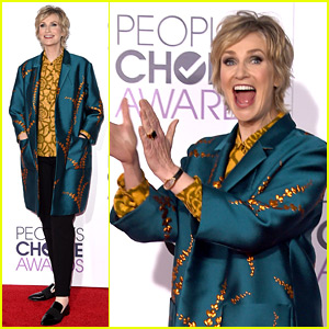 Jane Lynch Looks Excited to Host the People's Choice Awards 2016!