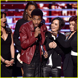 Random Guy Storms Stage During 'The Talk' Acceptance Speech at People's Choice Awards (Video)