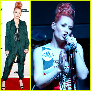 Iggy Azalea Debuts Coral-Colored Hair at Super Bowl Party