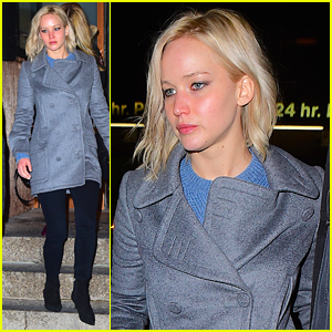 Jennifer Lawrence Grabs A Bite to Eat in the Big Apple