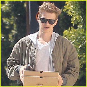 Hayden Christensen Goes Solo for Pre-Easter Pizza Run