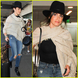 Nikki Reed Passes Out Sweet Notes to Strangers