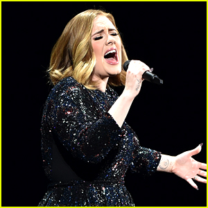 Adele's Sound Goes Out But She Doesn't Notice at All (Video)