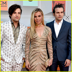 The Band Perry Kicks Off Red Carpet at ACM Awards 2016!
