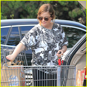 Amy Poehler Stocks Up on Groceries Before the Weekend