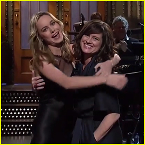 Brie Larson Brings Mom On Stage for 'SNL' Opening Monologue - Watch Now!