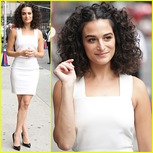 Jenny Slate Tells Hilarious Story About How She Met Pet Pooch Reggie! (Video)