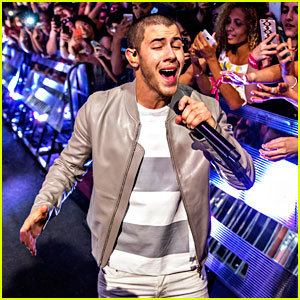Nick Jonas Performs 'Close' in the Audience at MMVAs 2016! (Video)
