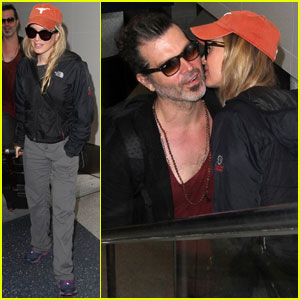 Renee Zellweger Kisses Boyfriend Doyle Bramhall II at Airport