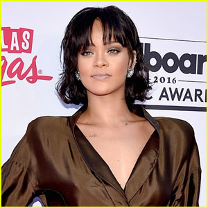 Rihanna Tears Up While Singing 'Love the Way You Lie' (Video)
