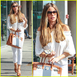 Sofia Vergara Hosts a Family Dinner at Her Home!
