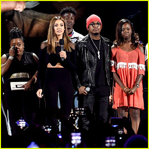 Jessica Alba Brings Teens Affected by Gun Violence On Stage at Teen Choice Awards 2016