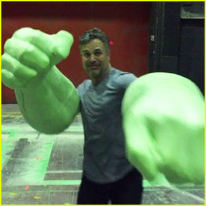 Mark Ruffalo Goofs Off with His Hulk Hands on 'Thor: Ragnarok' Set! (Video)