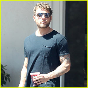 Ryan Phillippe Has Cabin Fever in the Mountains With His Friends!