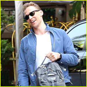 Tom Hiddleston Gets a Ride from Taylor Swift's Driver, Talks About Living in the Spoltight