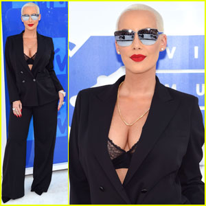 Amber Rose Shows Off Some Cleavage at MTV VMAs 2016