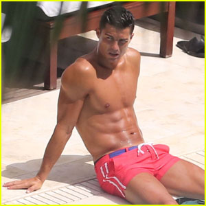 Cristiano Ronaldo Continues His Shirtless Miami Vacation!