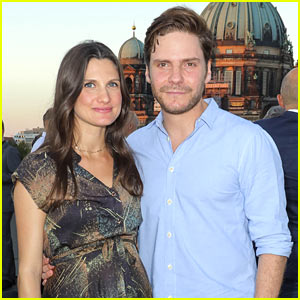 Daniel Bruhl Brings Pregnant Girlfriend Felicitas Rombold to UFA Film Nights