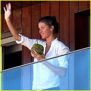 Gisele Bundchen Waves to Fans from Her Rio Hotel Balcony