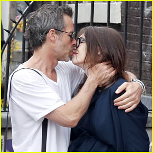 Guy Pearce Shares a Passionate Kiss With His Girlfriend Carice van Houten