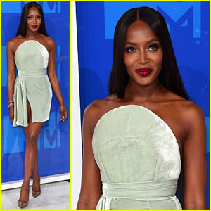 Naomi Campbell Makes a Stunning Arrival at the MTV VMAs 2016