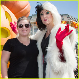 Kelly Clarkson Hangs With Cruella de Vil at Disneyland
