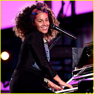 Alicia Keys & Jay Z Sing 'Empire State of Mind' Live in NYC's Times Square!