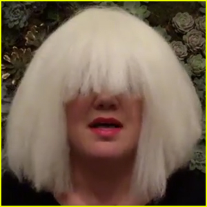 Kelly Clarkson Channels Her Inner Sia While Singing 'Chandelier' - Watch Now!