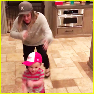Kelly Clarkson & Daughter River Rose Dance to Salt-N-Pepa's 'Push It' - Watch Now!