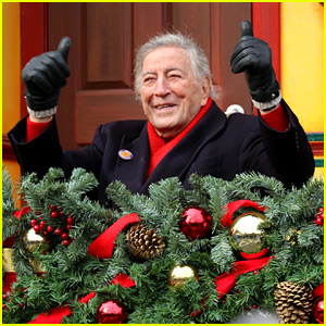 VIDEO: Tony Bennett Almost Falls During Macy's Parade & Miss Piggy Saves Him!
