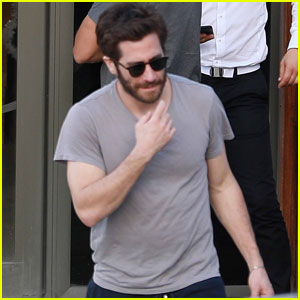 Jake Gyllenhaal Picks Up Some Wine During St. Barts Vacation