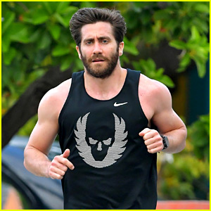 Jake Gyllenhaal Muscles Up for New Year's Eve Beach Jog!