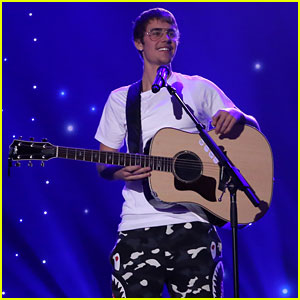 VIDEO: Justin Bieber Belts Out Acoustic Version of 'Cold Water'