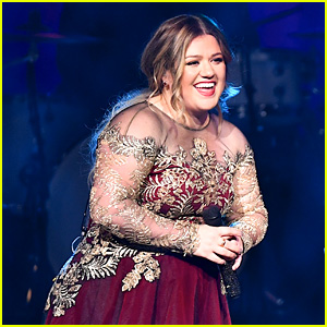 Kelly Clarkson Performs Her Annual Christmas Concert in Nashville!