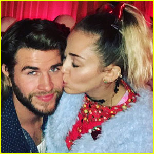Miley Cyrus Gives Liam Hemsworth a Christmas Kiss!